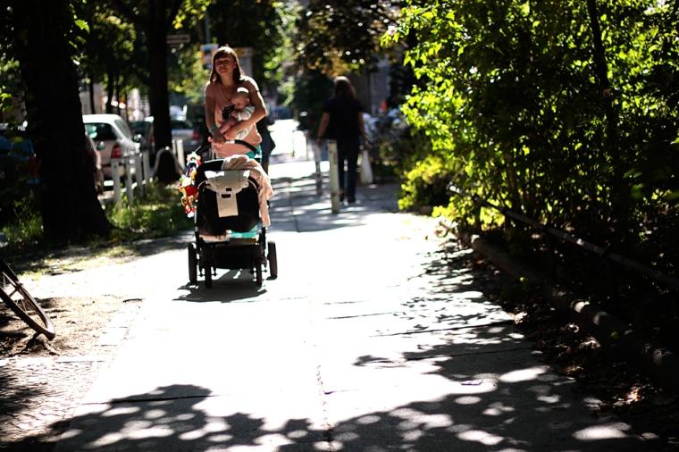 Straßenfotografie Mutter mit Kind